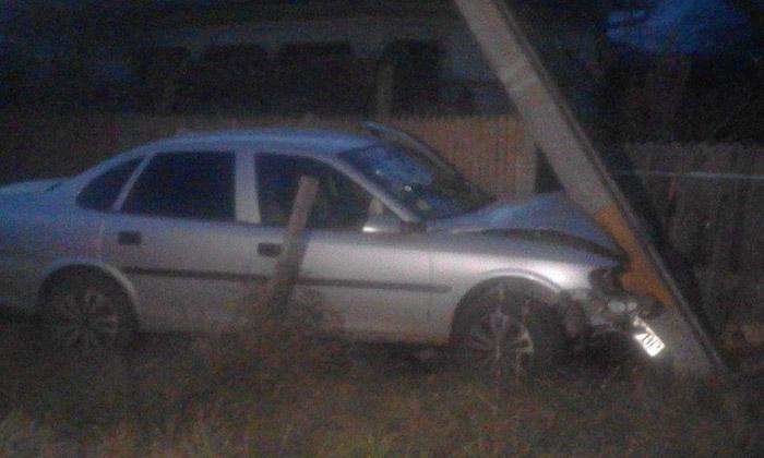 Mort de beat, un puști a intrat cu mașina în stâlp