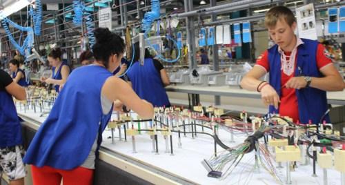 Șoc pe piața muncii. Draxlmaier închide o fabrică cu sute de angajați