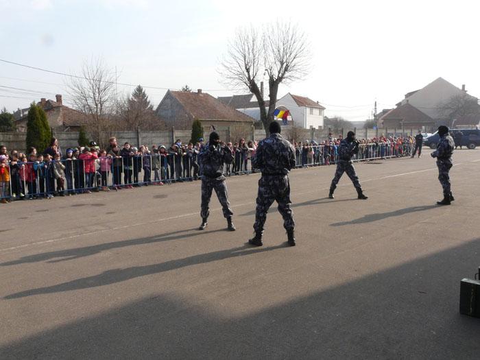 Bucurie şi zâmbete de copii la sediul Jandarmeriei Satu Mare (Foto)