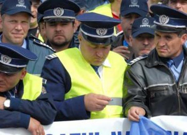 Polițiștii ies în stradă. Acțiune de protest în fața Poliției Municipale din Satu Mare