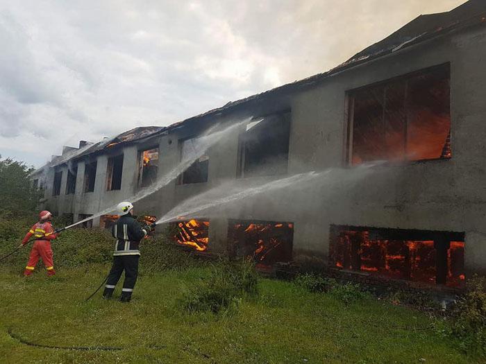 Imagini de la prăpădul din Bixad. Fostă fabrică, distrusă de flăcări (Galerie foto)