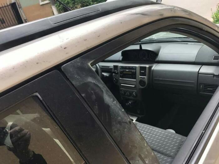 Mașină spartă de hoți. Proprietarul cere ajutor pe Facebook