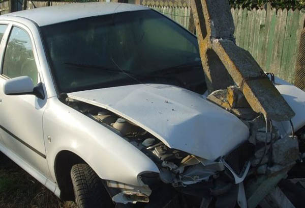 """Și-a """"parcat"""" mașina într-un stâlp. Șoferul, mort de beat"""