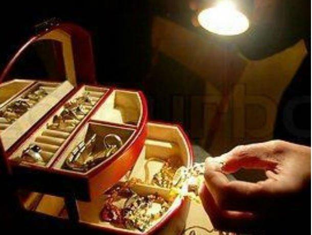 Bărbat reţinut pentru 24 de ore. A furat bijuterii în valoare de zeci de mii de lei