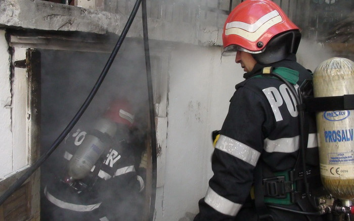 Incendiu la subsolul unui bloc. Pompierii au intervenit de urgență