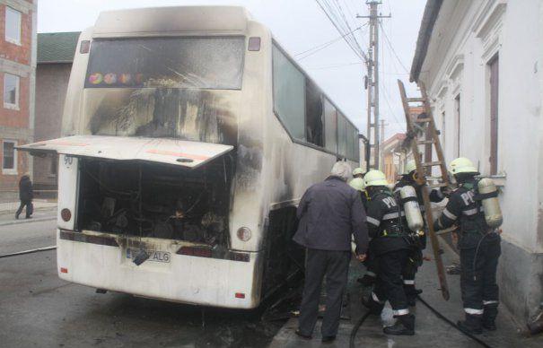Autobuz distrus de flăcări. Pompierii au intervenit de urgență