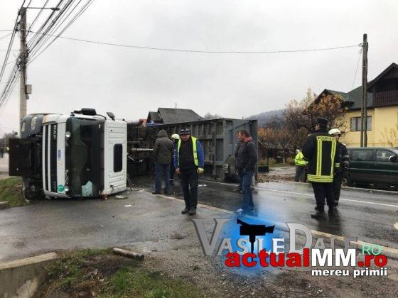 Accident cu trei persoane încarcerate. Trafic blocat (Foto)