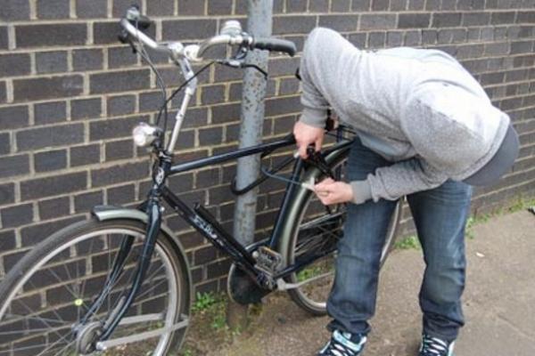 I-a furat bicicleta din fața casei
