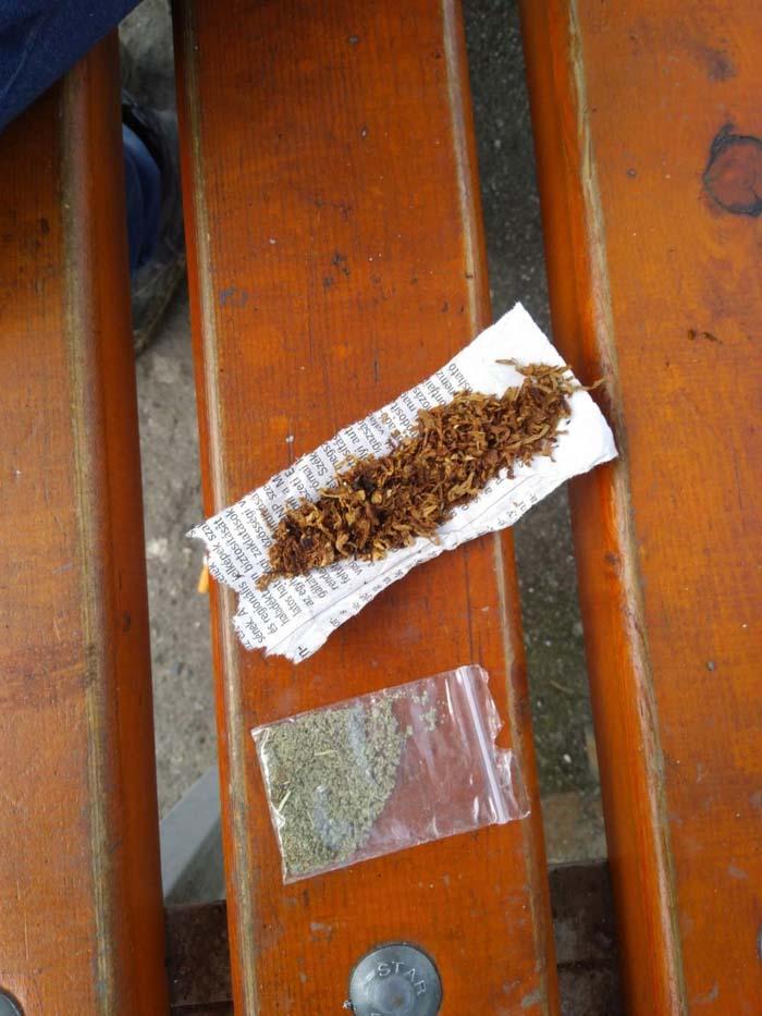 Doi drogați prinși în zona gării. Fumau ierburi (Foto)