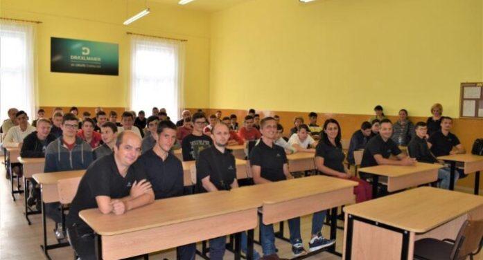 Voluntarii Draxlmaier au renovat o clasa la o scoala din Satu Mare (Foto)