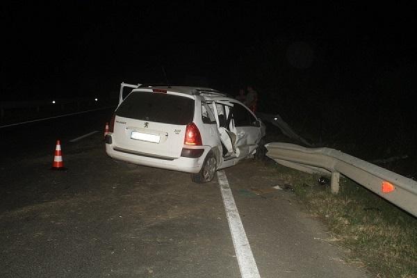 Doi copii, raniti intr-un accident. Masina s-a izbit de un parapet
