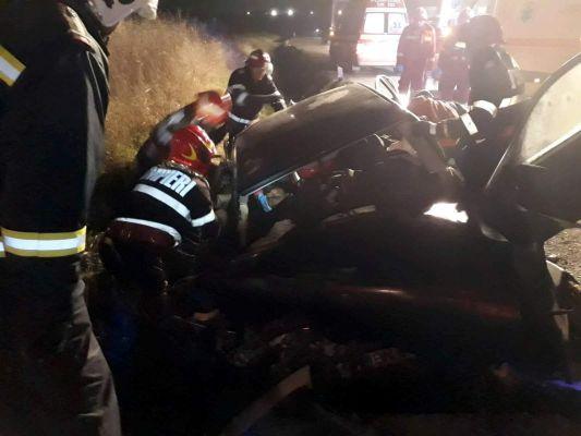 S-au izbit cu masina de un cap de pod. Un tanar a murit (Foto)
