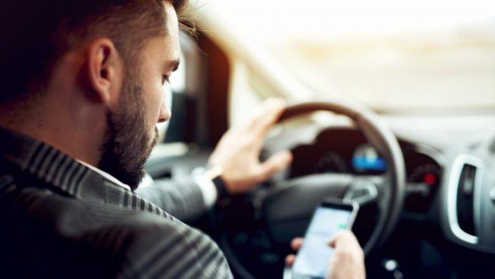 Amenzi mărite pentru șoferii prea vorbăreți la volan. Până la suspendarea permisului
