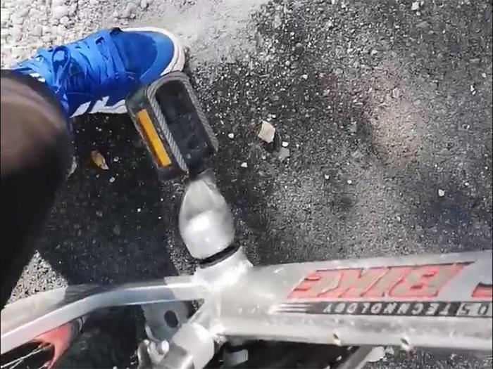 INCREDIBIL! Vezi cum se dezintegrează asfaltul nou de pe varianta de ocolire a orașului Satu Mare