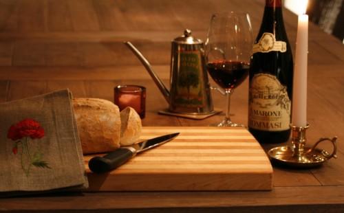 Leivoin sinulle leivän. Ota lasi viiniä... Kerro...