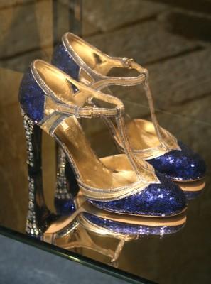kengat-milanon-muotikadun-ikkunassa