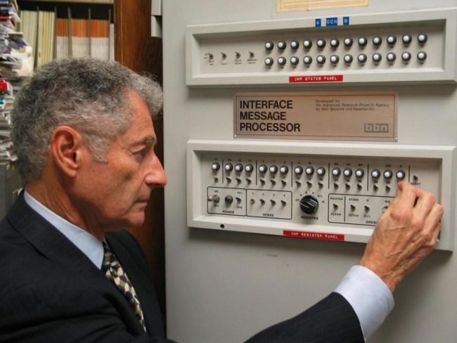 Teori matematis untuk teknologi packet switching kemudian dikembangkan oleh Leonard Kleinrock
