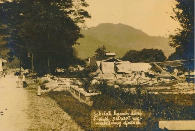 (1926) Reruntuhan di Padang Panjang akibat gempa