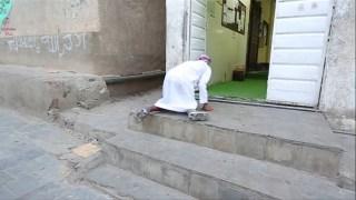 Masya Allah, Walaupun Cacat Pria ini Tetap Semangat Pergi ke Masjid