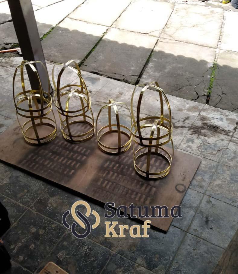 Proses anyaman lampu sangkar handmade