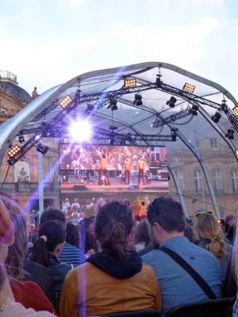 Tatort-Premiere: Artisten aus dem Europapark machen einen Stunt auf der Bühne