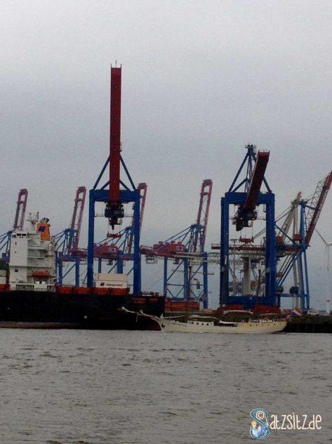 Raues Waser, grauer Himmel, zweifarbige Kräne: Hafen in Övelgönne bei Hamburg