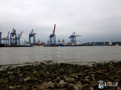 Kräne von Övelgönne bei Hamburg mit Teilen des Elbstrands