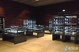 Ausstellungsraum in Deutschen Literaturarchiv: Vitrinen mit Kafkas Manuskriptseiten