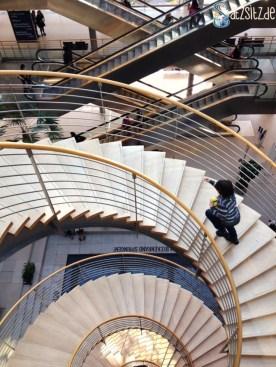 Enge Wendeltreppe im Congresscentre Leipzig, auf dem ein Junge nach oben rast
