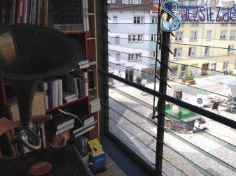 Der Balkon der Altmoeller'sche Buchhandlung ist im Sommer ganz sicher die größte Leseattraktion. Gemütlich!