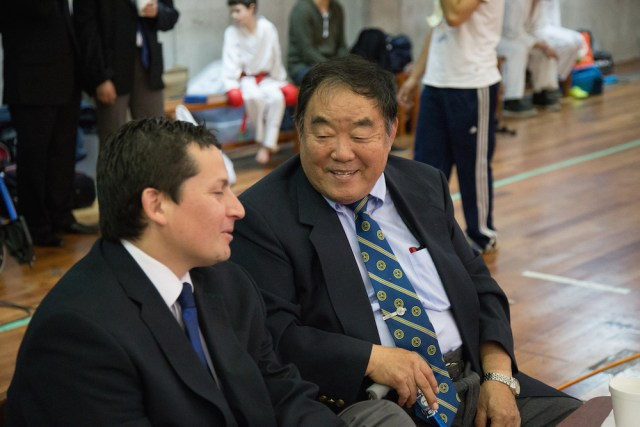 Sensei Fumio Demura junto a Sensei Fernando Soto. Torneo Nacional Genbu-Kai. Octubre 2014, Valparaíso, Chile.