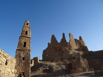Qasr Marid with the minaret of the 'Umar bin al-Khattab Mosque in first plan (photo: Florent Egal)