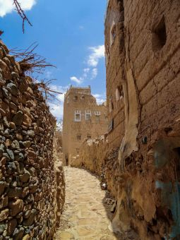 Street of the tradional village of Dhahran Al-Janub (photo: Florent Egal)