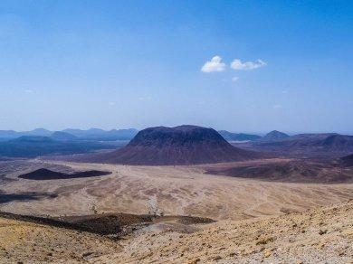 Hat-shaped Jebel Al-'Aqir (photo: Florent Egal)