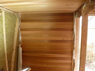 Plafond en één wand klaar, prachtig red cedar