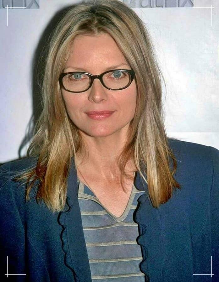 5 Mittellange Frisuren für Frauen ab 40 mit brille