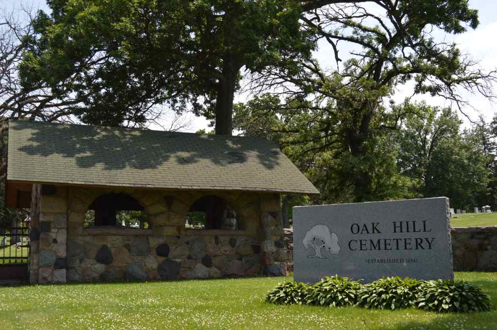 The entrance to Oak Hill Cemetery was designed by Cedar Rapids architects Josselyn & Taylor. (photo/Cindy Hadish)