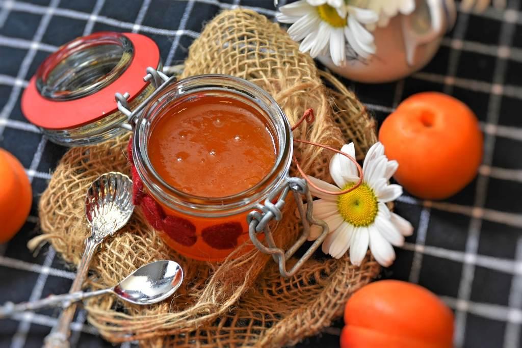 confiture d'abricots et leurs amandes