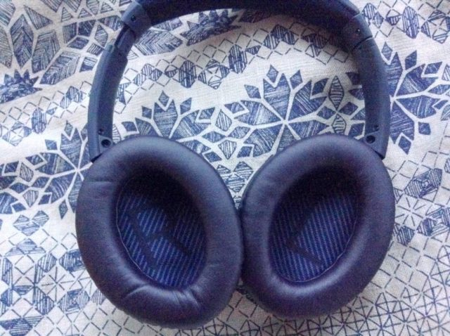 review-noise-cancelling-bose-quietcomfort35-headphones-navy-blue-limited-edition-rose-gold-text-inside