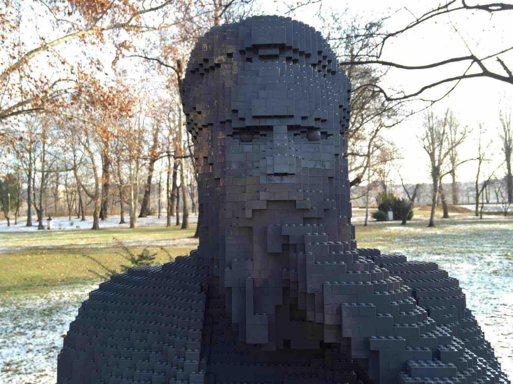 Statues volées remplacées par leurs homologues en LEGO