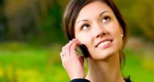 djevojka priča na mobitel