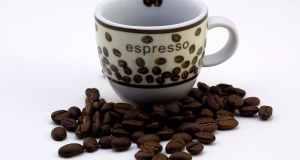 zrna kave na stolu