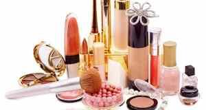 kozmetika na stolu