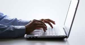 osoba na laptopu
