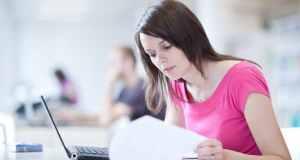 djevojka proučava dokumente