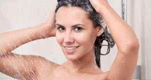žena pere kosu