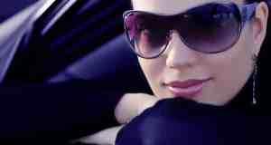 žena sa sunčanim naočalama