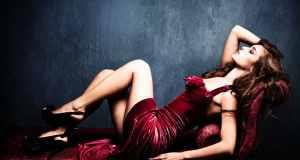 žena u crvenoj haljini