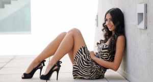djevojka u zebra haljini