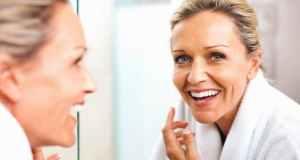 žena pred ogledalom